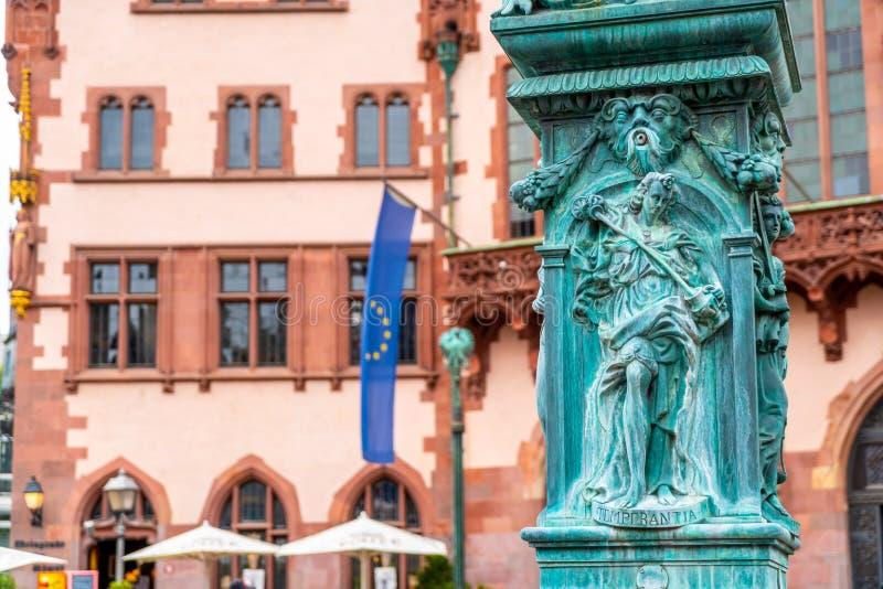 与Justitia雕象的老镇中心romerberg在法兰克福德国 库存照片