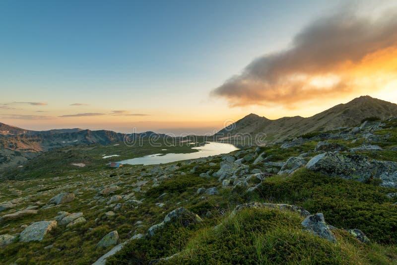 与Kamenitsa峰顶和Tevno湖的日落风景 库存照片