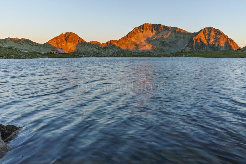 与Kamenitsa峰顶和Tevno湖, Pirin山的日落风景 库存照片