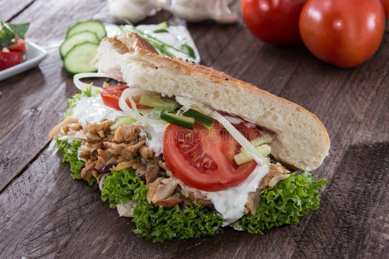 与Kebab的Pita面包在木头 库存照片