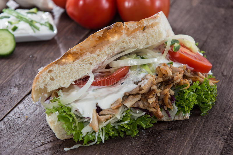 与Kebab的Pita面包在木头 免版税库存图片