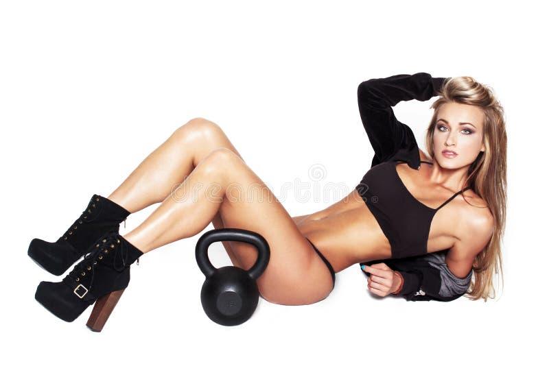 与kettlebell的性感的白肤金发的健身模型 免版税图库摄影