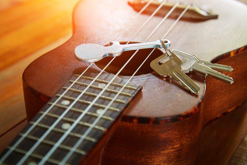 与keychain的钥匙以吉他的形式 免版税库存照片