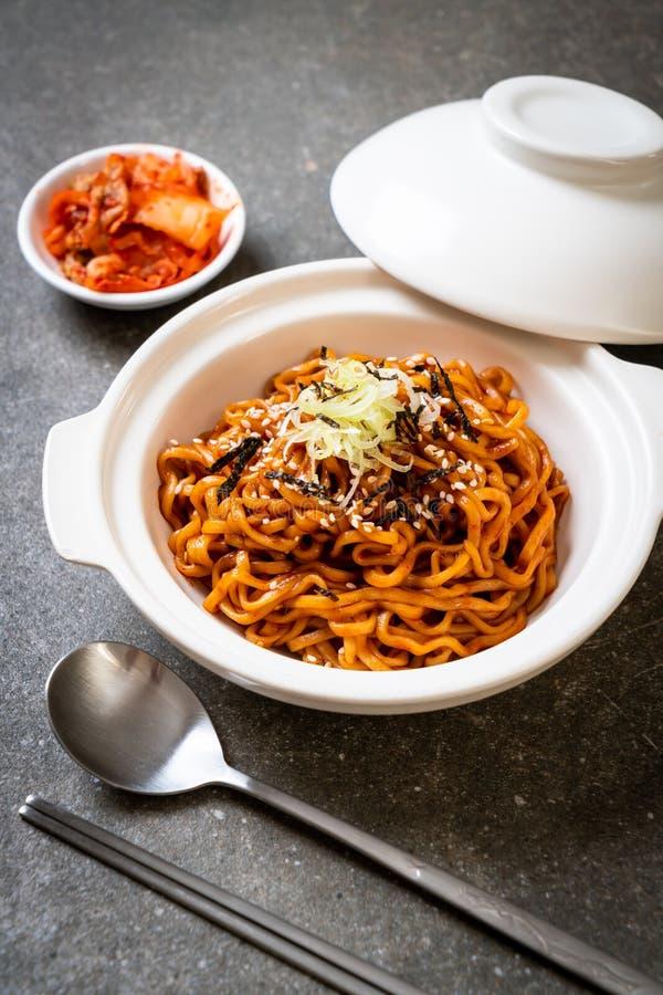 与kimchi的韩国热和辣泡面 免版税库存图片