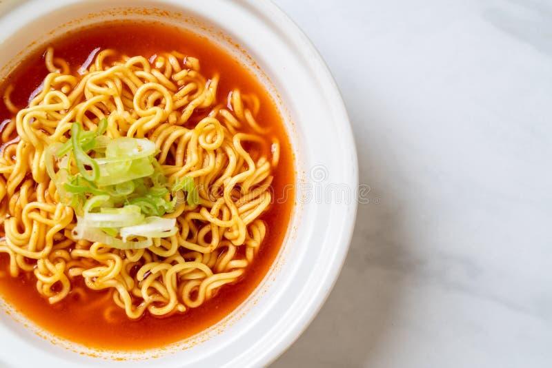 与kimchi的韩国辣泡面 图库摄影
