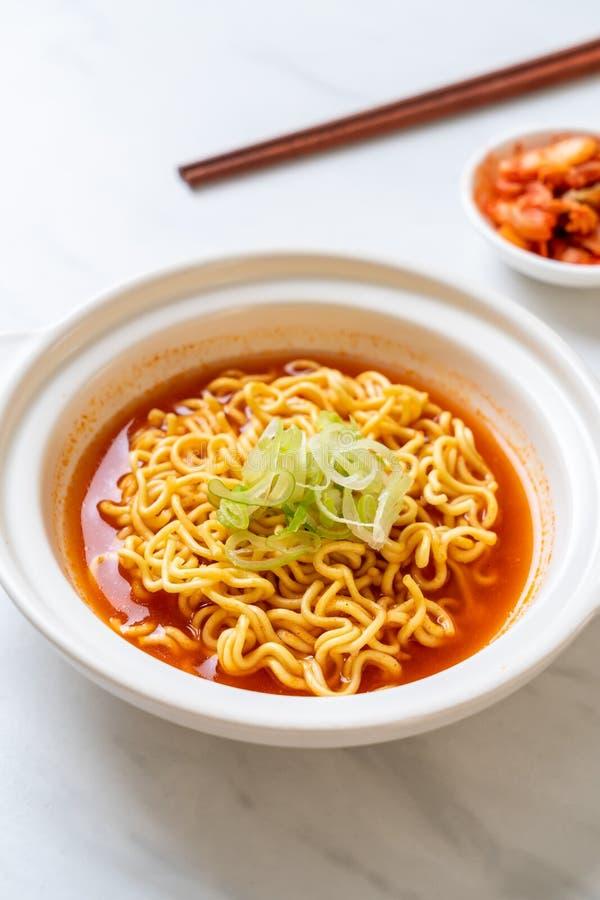 与kimchi的韩国辣泡面 免版税库存图片