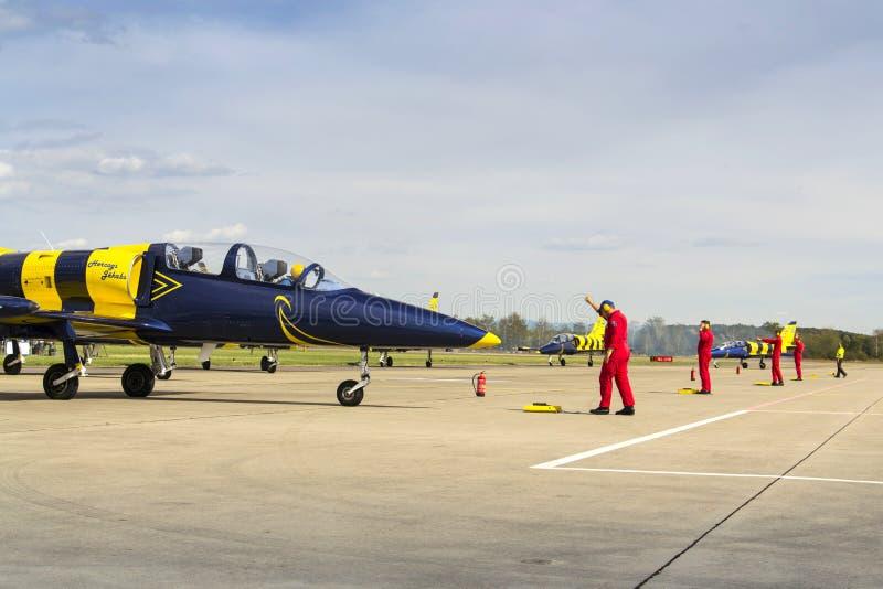 与L-39的波儿地克的蜂喷气机队飞行在跑道的辗压 库存图片