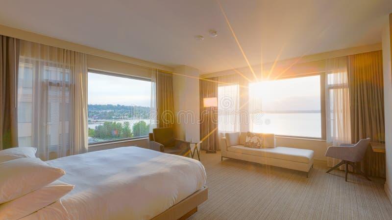 与Lakeview窗口的现代卧室内部 库存图片
