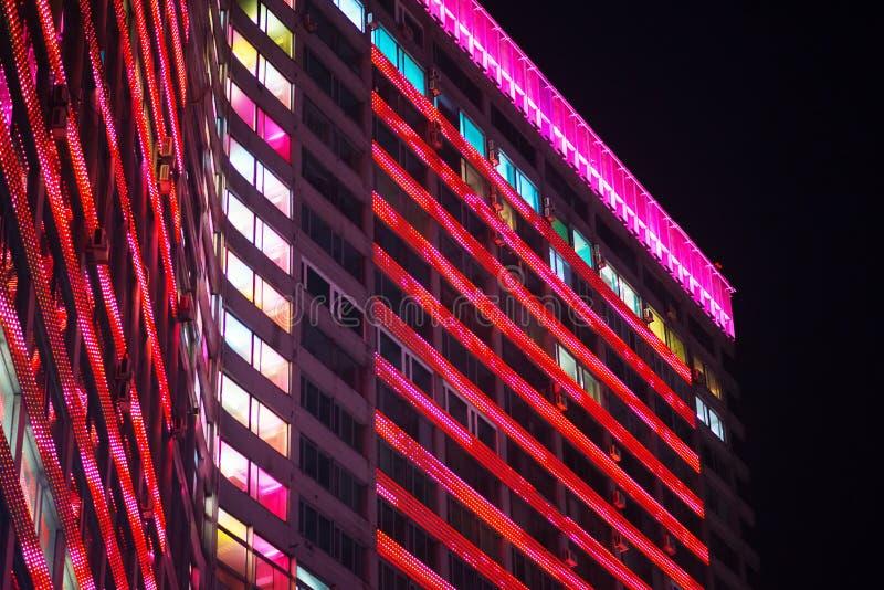 与LED光的多层的办公楼 库存照片