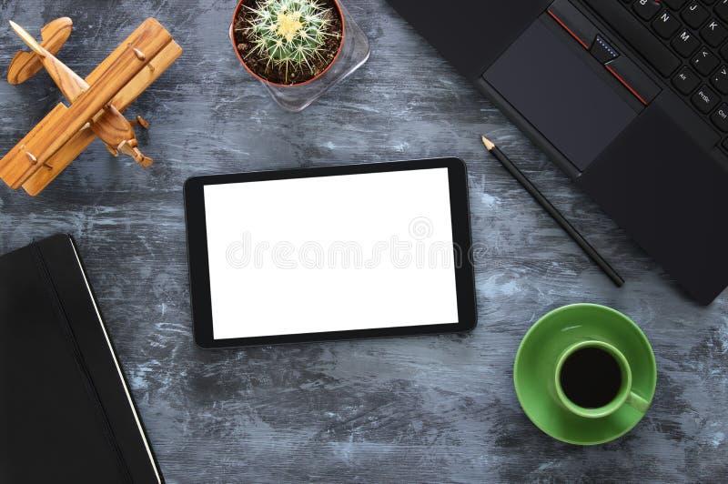 与leptop、片剂、notebbok和咖啡的事务桌顶视图  免版税图库摄影