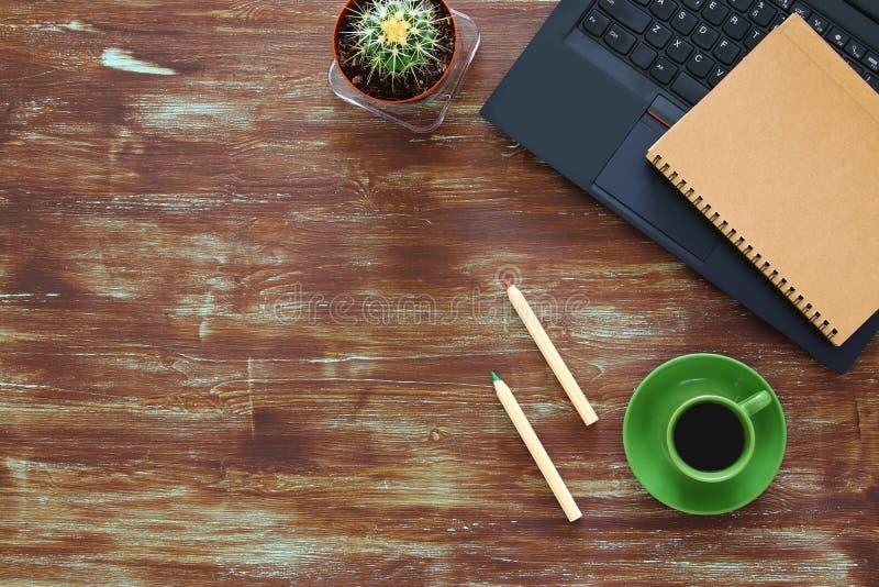 与leptop、notebbok和咖啡的事务桌顶视图  库存照片