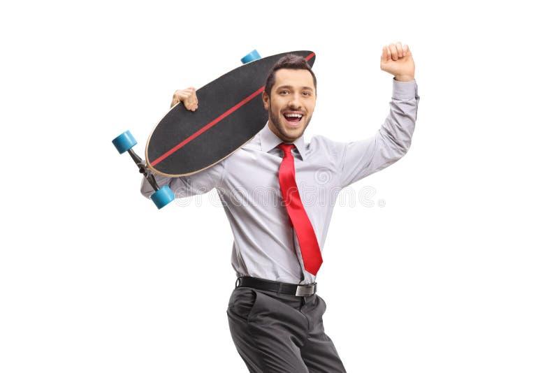 与longboard的年轻商人打手势幸福的 库存照片