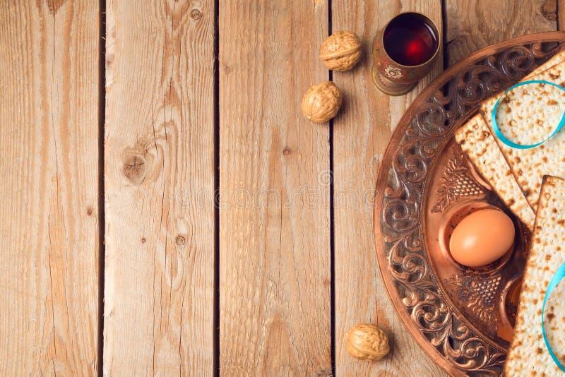 与matzah、seder板材和酒的逾越节概念在木背景 免版税库存图片