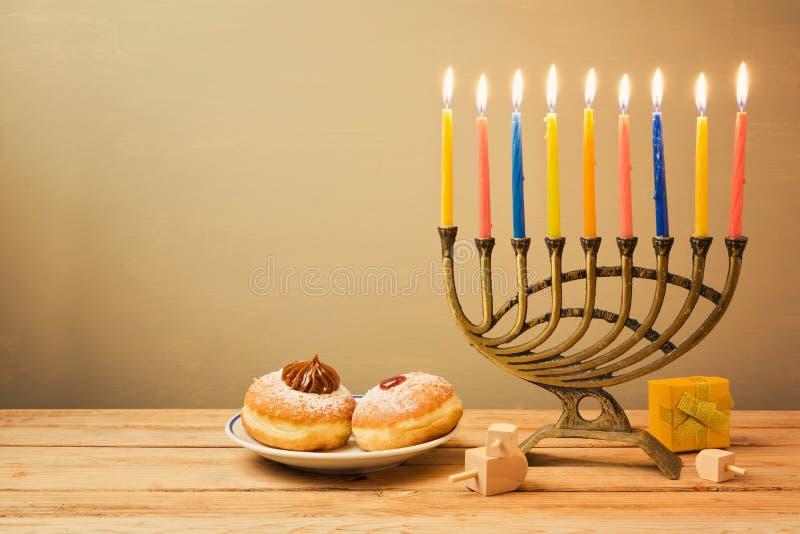 与menorah和sufganiyot的犹太假日光明节庆祝 免版税库存图片
