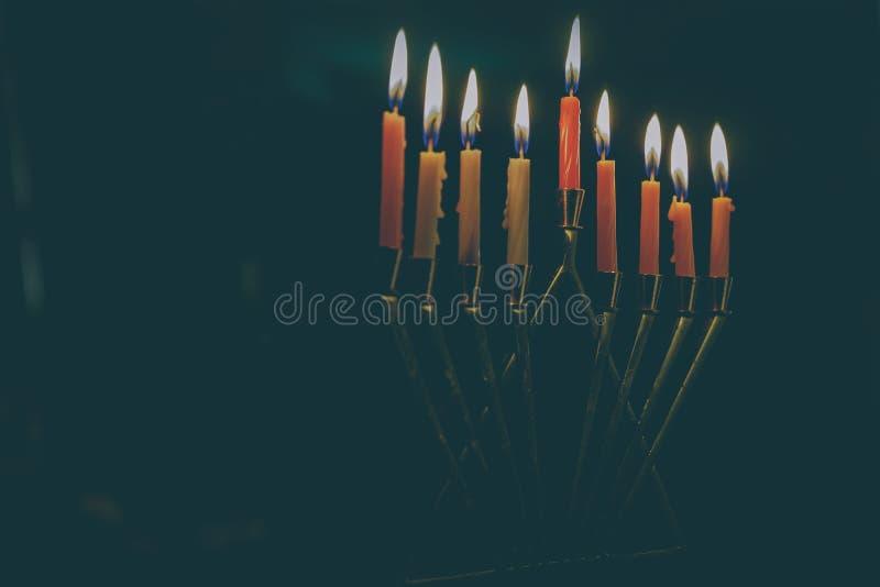 与menorah的犹太假日光明节背景 看法从上面与在menorah的焦点