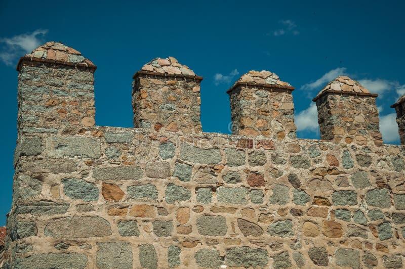 与merlons的城垛和垛口在石墙在阿维拉 图库摄影