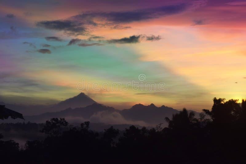 与montain风景的惊人的五颜六色的日出 库存图片