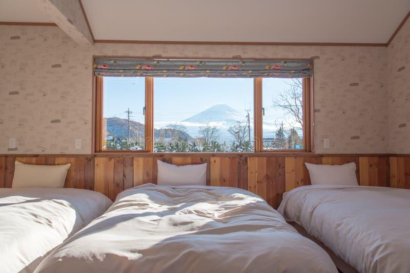 与MT的床 作为背景的富士视图窗口外 免版税库存图片