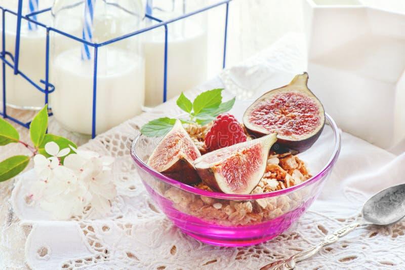 与muesli、牛奶和新鲜的莓果的健康早餐在一块轻的餐巾,选择聚焦 库存照片