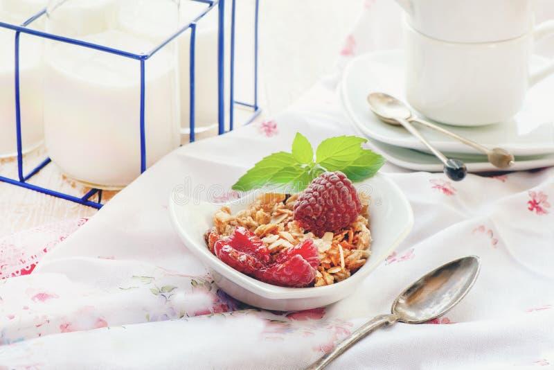 与muesli、牛奶和新鲜的莓果的健康早餐在轻的餐巾,选择聚焦 免版税库存照片
