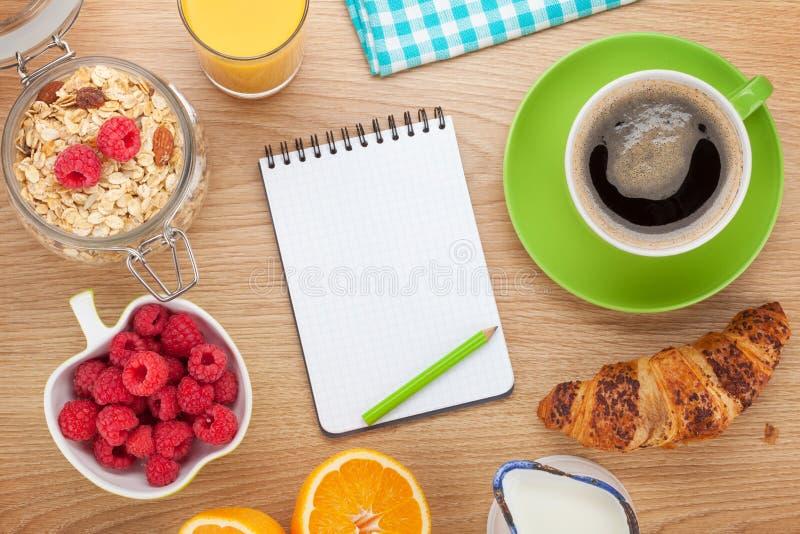 与muesli、莓果、橙汁和croissa的健康早餐 图库摄影