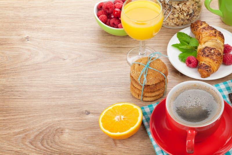 与muesli,莓果,橙汁,咖啡的健康早餐和 库存图片
