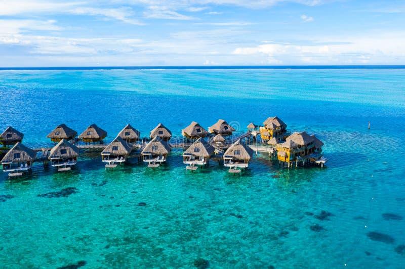 与overwater平房的旅行假期天堂空中图象在珊瑚礁海 免版税库存照片