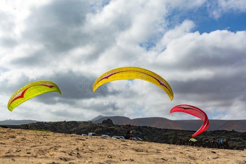 与paraplanes在沙滩,极端体育的Paraplaners 免版税库存图片