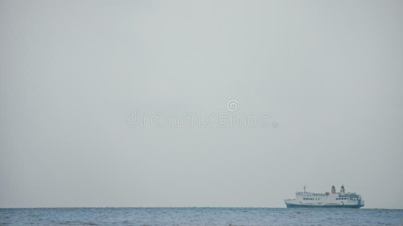 与Passanger船的清楚的风景在小游艇船坞海滩三宝垄 库存照片