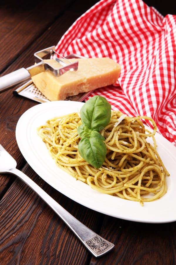 与pesto,意粉新烹调的意大利面团 库存图片