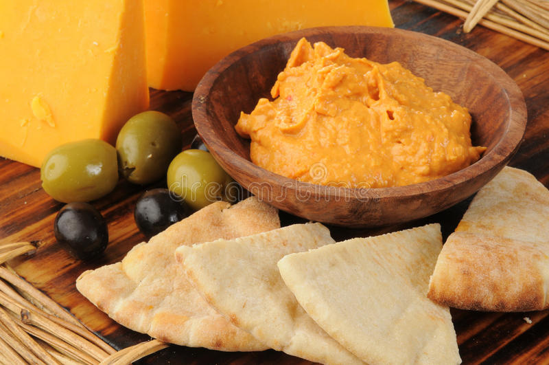 与pita多士楔子的Hummus 免版税库存照片