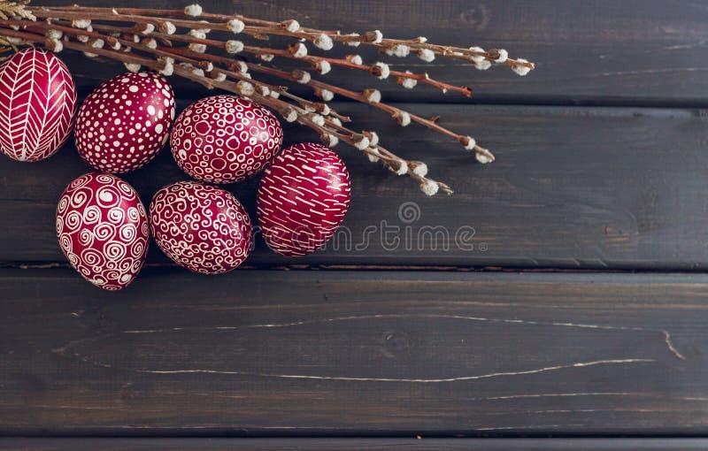 与Pysanka的静物画,装饰的复活节彩蛋,在黑木 免版税库存照片