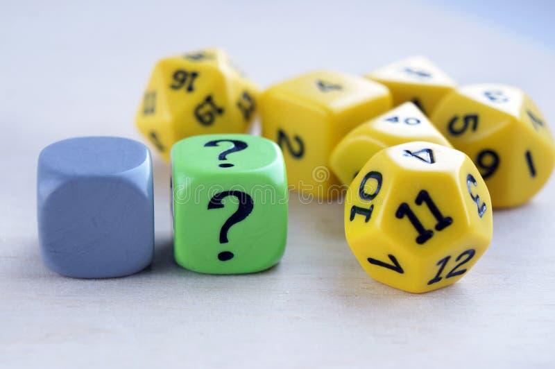 与questiin标记的模子 为rpg切成小方块、棋、桌面比赛或者土牢和龙 库存照片