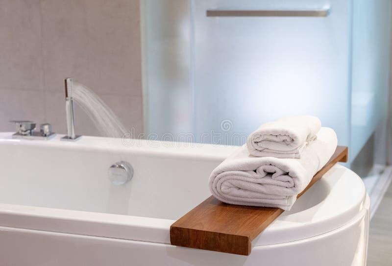 与refres的卫生间内部白色温泉毛巾拷贝空间阵雨 免版税图库摄影