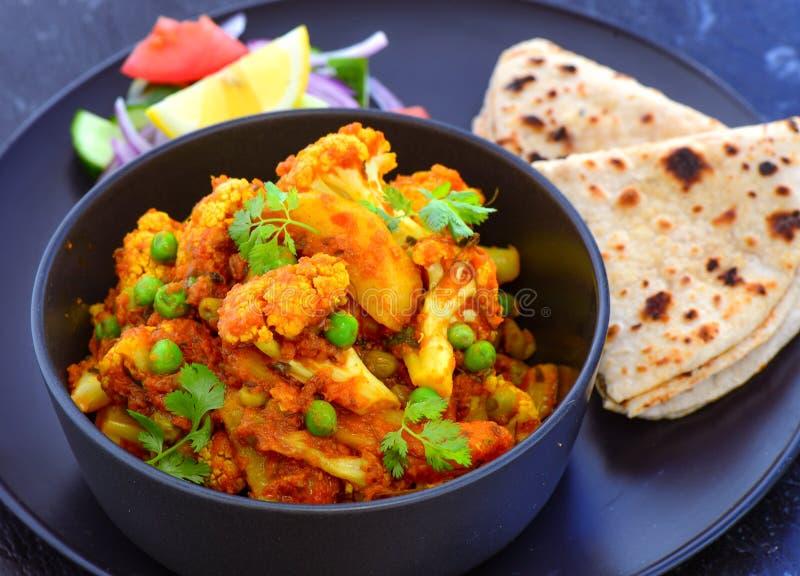 与roti的印地安素食膳食花椰菜咖喱 免版税库存照片