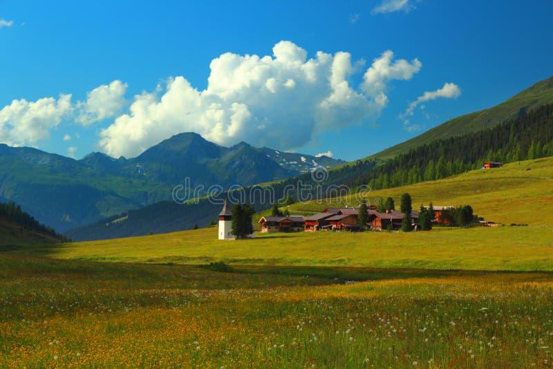 与Sertig Dorfli的自治市的山横向 免版税库存照片