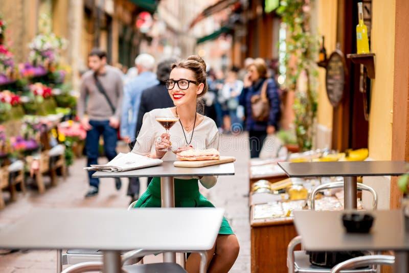 与shakerato饮料和panini的传统意大利午餐 免版税图库摄影