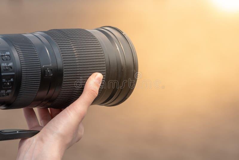 与SLR照相机的摄影师射击 库存照片