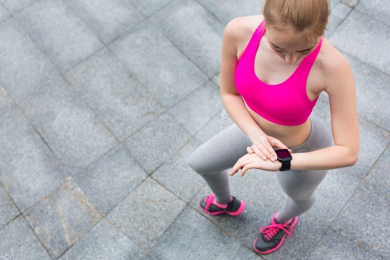 与smartwatch的幼小母慢跑者 库存图片