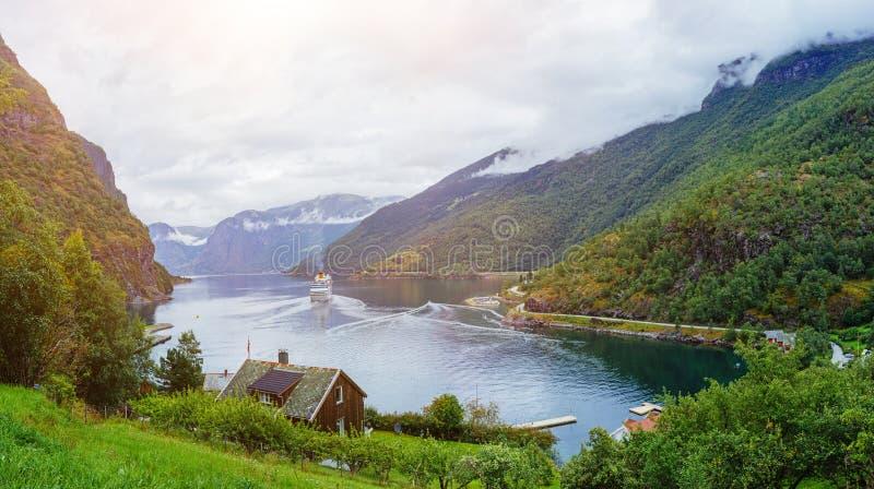 与Sognefjord和山的惊人的自然视图 免版税库存图片