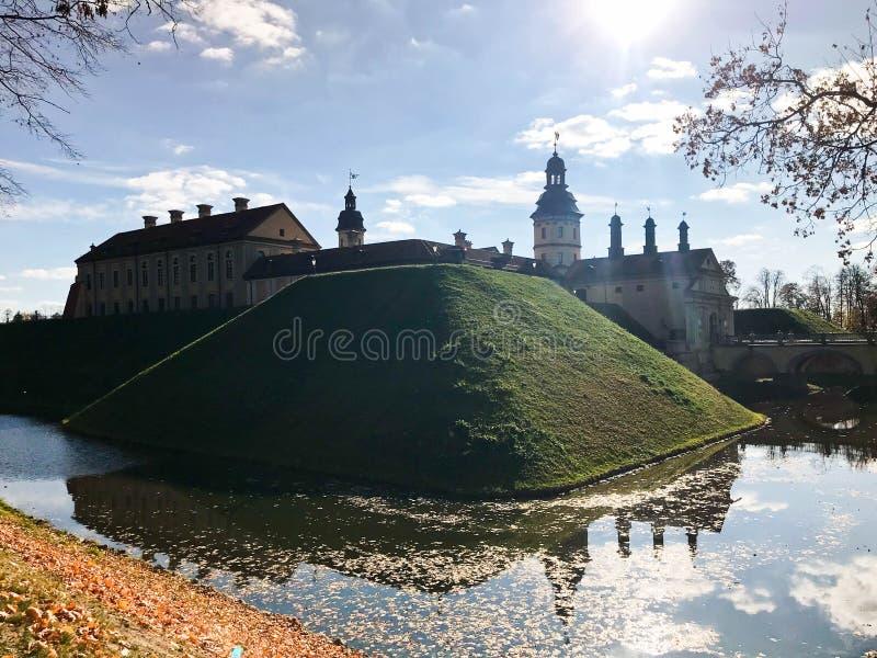 与spiers和塔的老,古老中世纪石头城堡,一条防护护城河围拢的墙壁和砖用水 免版税库存图片
