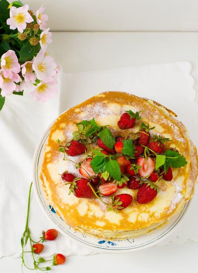 与srawberry的俄式薄煎饼饼 免版税库存图片