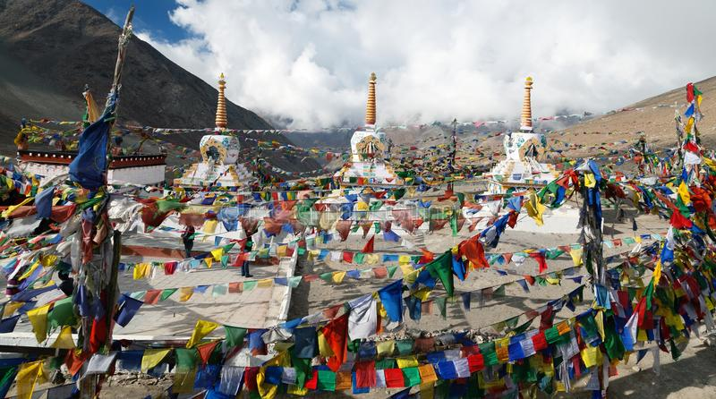 与stupas - Kunzum La通行证的祷告旗子-印度 库存照片
