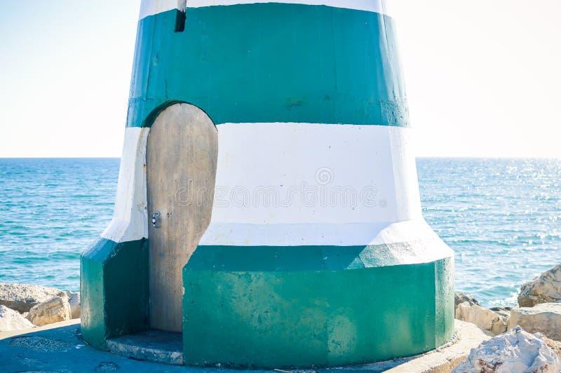 与sunshining的海灯塔门在外部背景浇灌 免版税库存图片