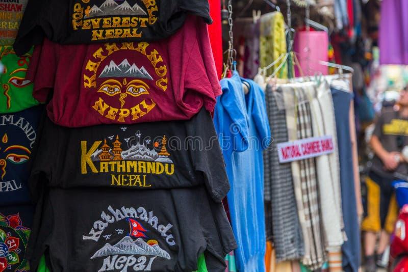与T恤杉的街道立场有从尼泊尔的题字的 免版税库存图片