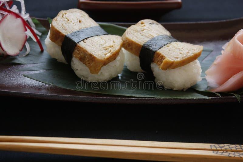 与Tamago顶部的Nigiri寿司 图库摄影