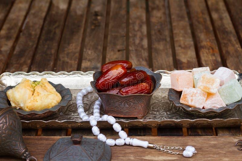 与tasbih的土耳其快乐糖 免版税库存照片