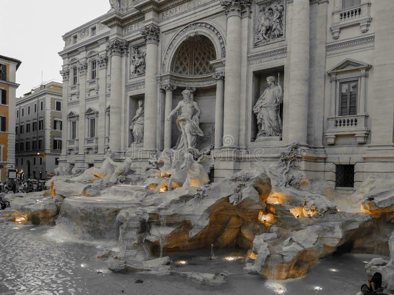 与Trevi喷泉的黑色和彩色照片在罗马,意大利 库存图片