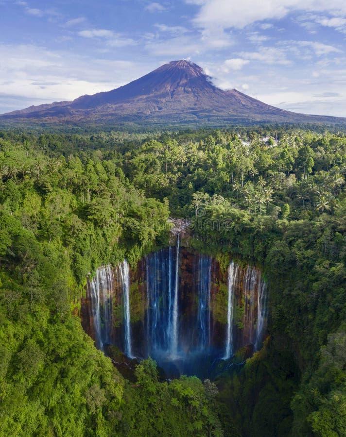 与Tumpak Sewu瀑布的塞梅鲁火山山 库存图片