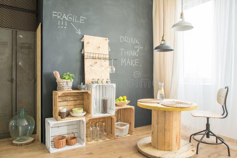 与upcycled家具的Hygge咖啡馆 免版税库存图片